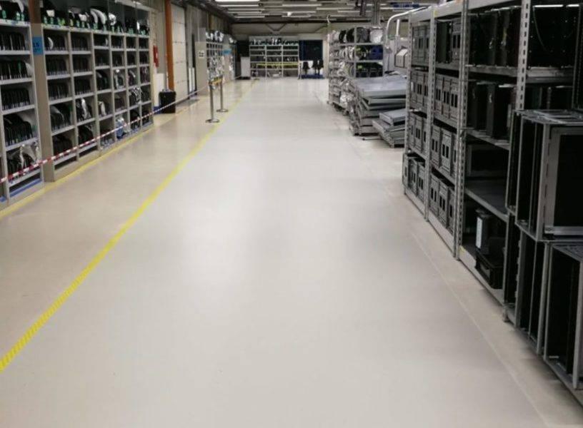 Der Renovierte Boden einer Industrie Halle