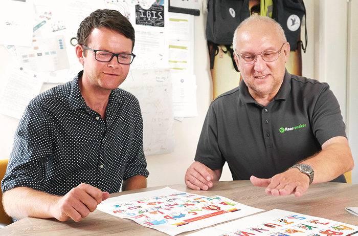 Ein Floorremaker berät einen Kunden bei der Auswahl möglicher Bodenmotive