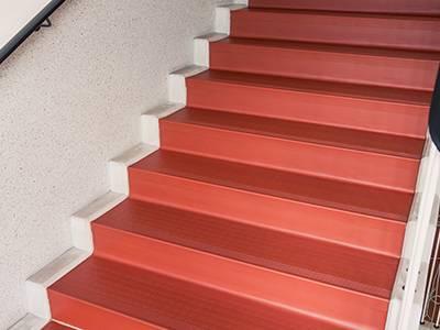 Bodensanierung mit transparenter Lackierung. Die fertig sanierte Treppe